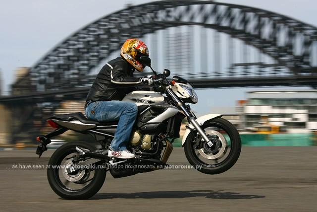 Wheelie на Yamaha XJ6 (2009) можно сделать с газа, но невысокое