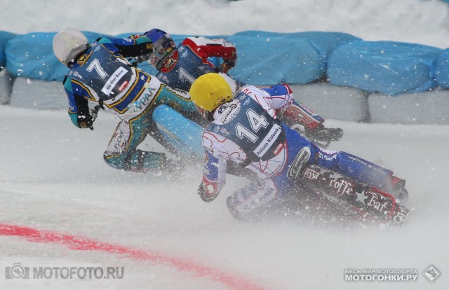 FIM Ice Speedway Gladiators 2015 RD1 Krasnogorsk: 2nd heat - Gunter Bauer & Daniil Ivanov crash sequence