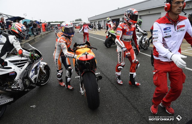 MotoGP 2015 British GP 12th Round: хаос на пит-лейне после начала дождя