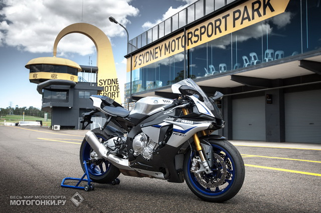 Yamaha YZF-R1M (2015) на пит-лейне Eastern Creek