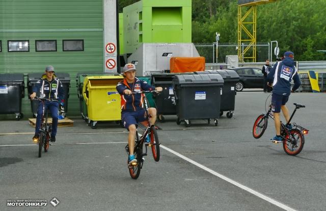 Пилотов заводской команды Red Bull KTM Ajo Racing Moto3 пересадили на велики для общего физического развития в 2014 году