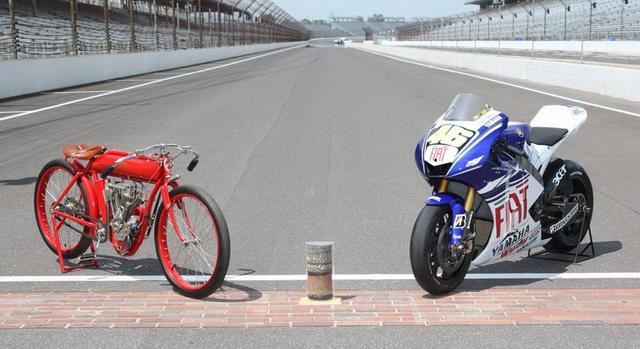 MotoGP: гоночный Indian и прототип Yamaha YZR-M1 Валентино Росси на стартовой решетке Гран-При Индианаполиса