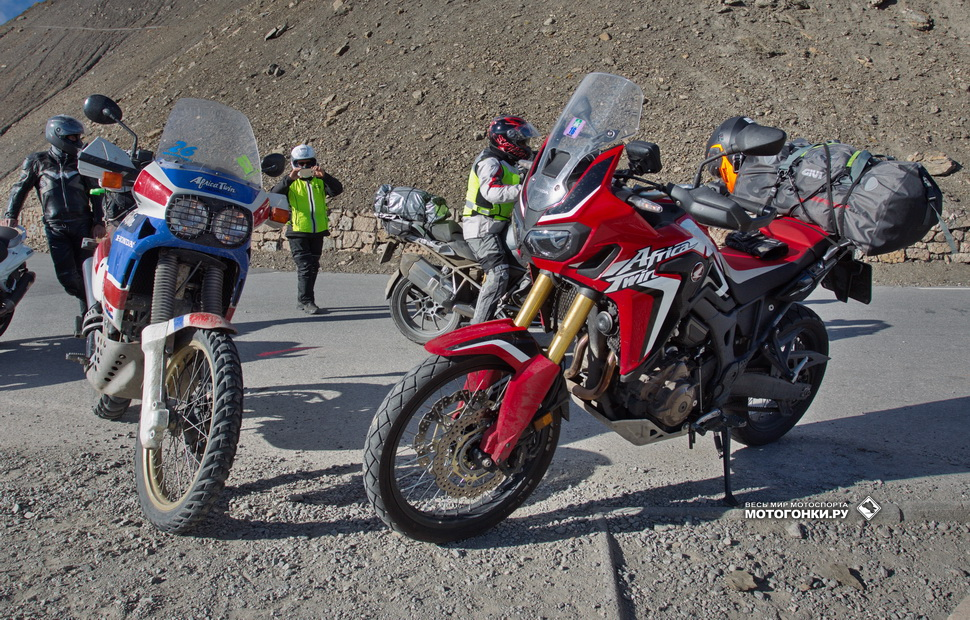 Honda XRV650 Africa Twin Adventure Sports 1988 г.в. встречается с CRF1000L на Col de la Bonnette во Франции