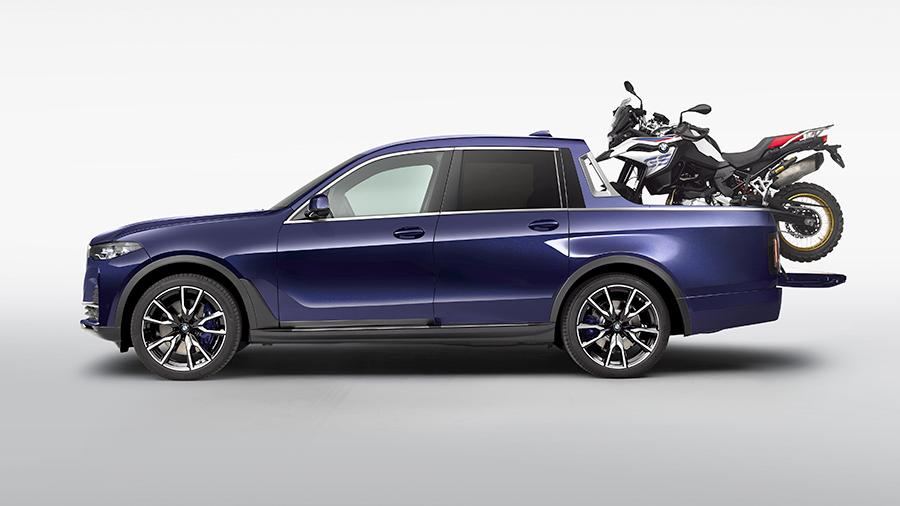 Концепт BMW X7 G07 Pick-Up с мотоциклом BMW R850GS в кузове