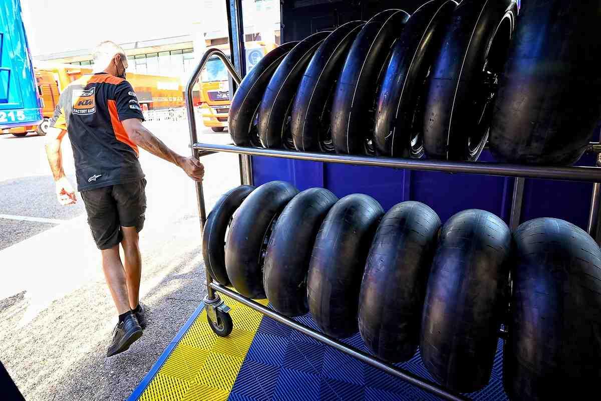 Команды MotoGP поставили Michelin перед фактом: прогретые покрышки меняют свои свойства!