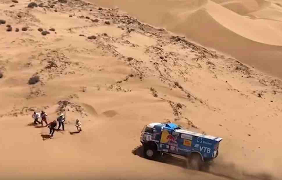 ДТП в пустыне: экипаж «КАМАЗ-мастер» исключен из ралли Дакар 2019 - подробности и видео