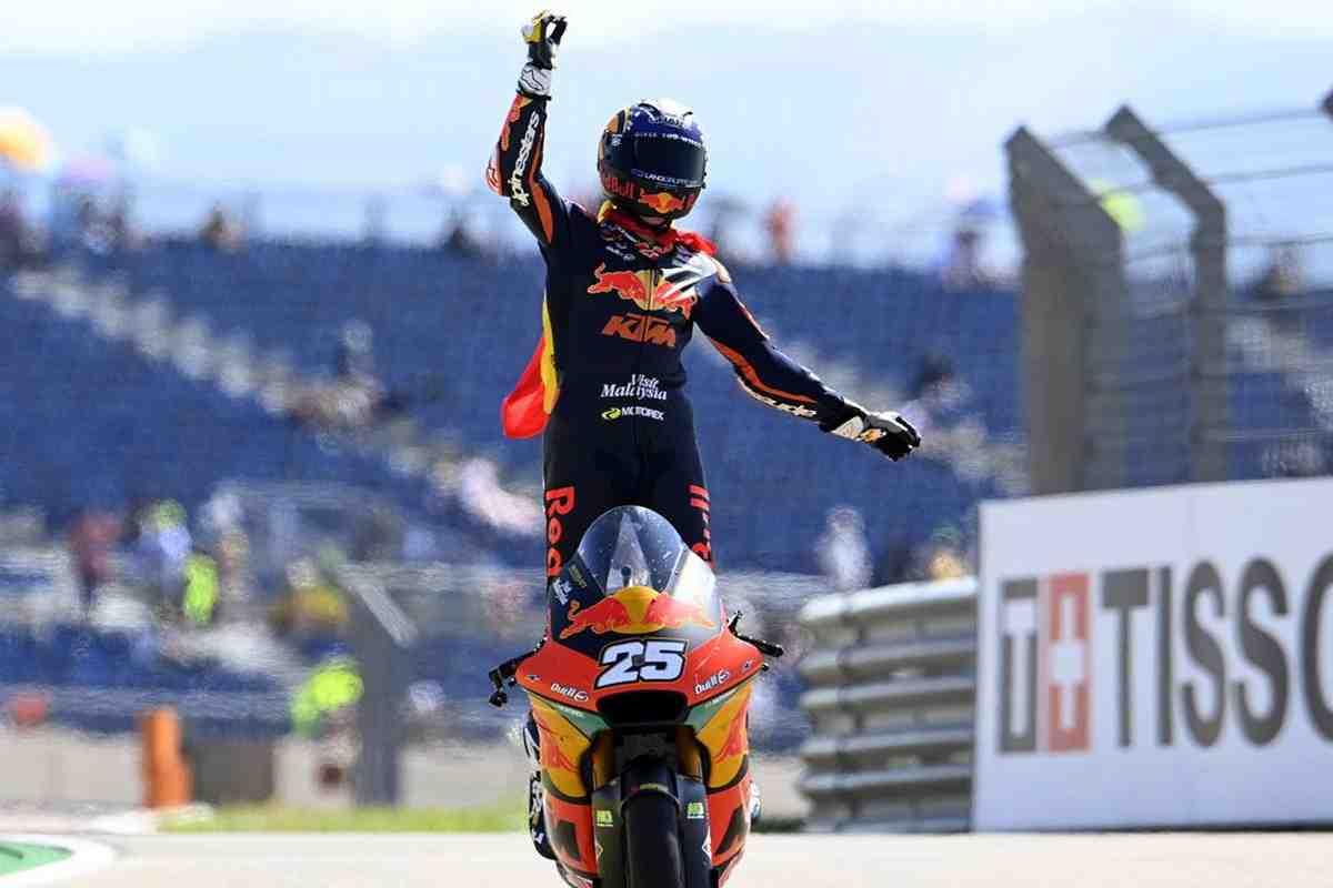 Moto2: Рауль Фернандес выигрывает Гран-При Арагона, Гарднер второй после схода соперников