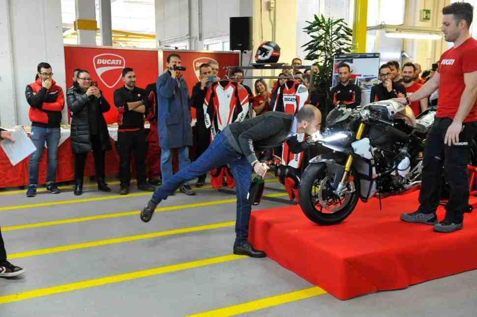 Первый серийный Ducati V4R сошел с конвейера