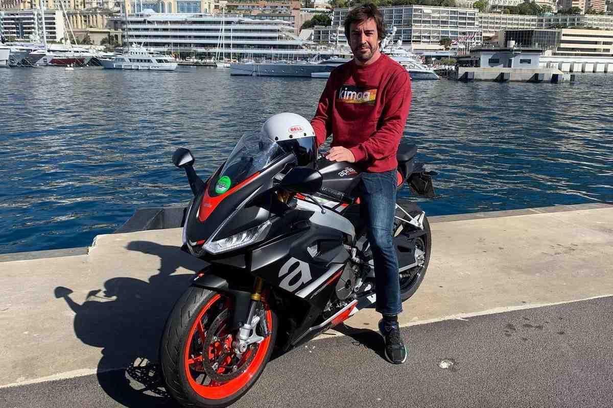 Фернандо Алонсо и Льюис Хэмилтон прибыли на Гран-При Формулы-1 в Монте-Карло на мотоциклах