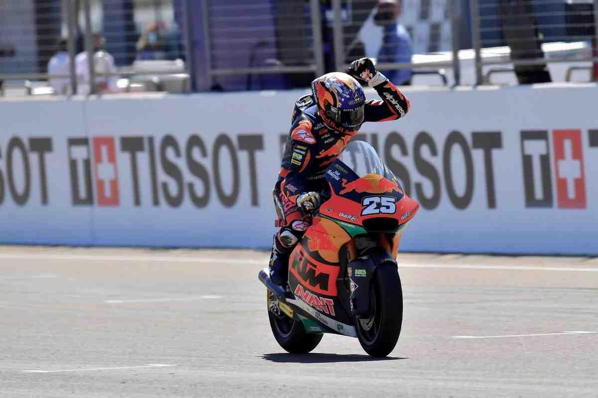 Рауль Фернандес выиграл шестую гонку Moto2 с начала сезона в Мизано