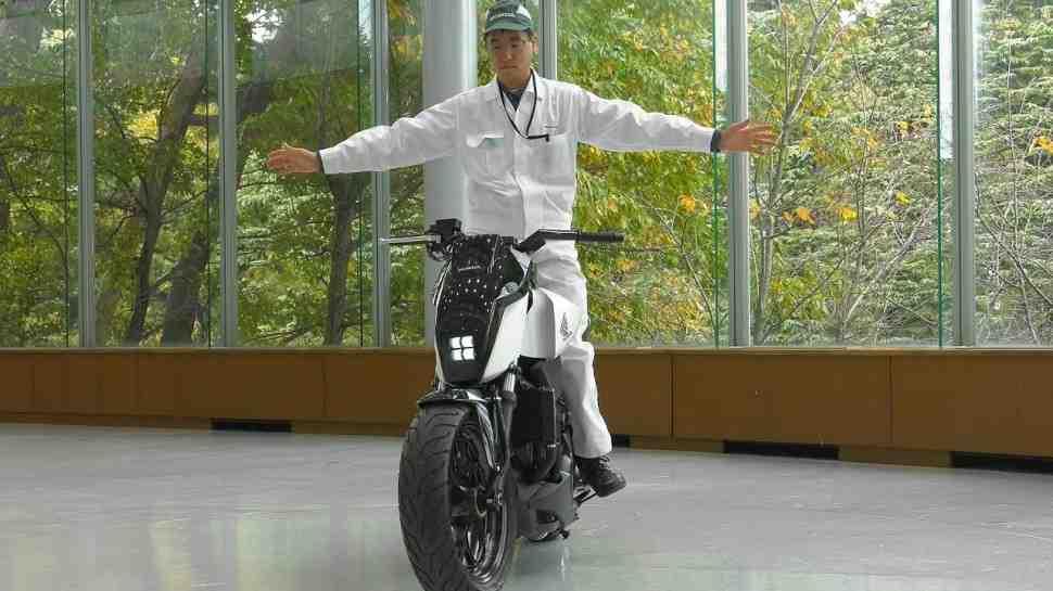 CES-2017: Honda представила прототип мотоцикла-неваляшки