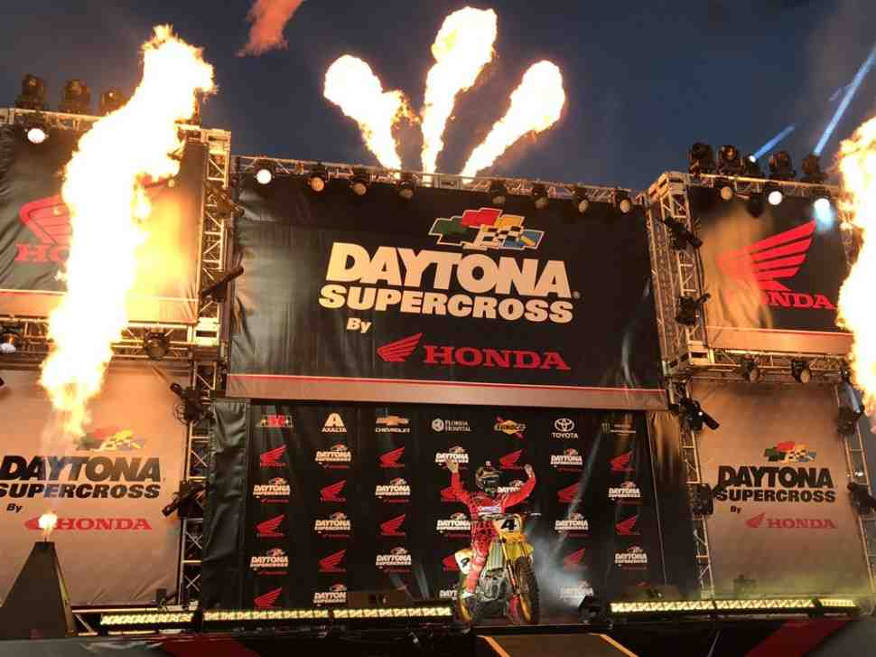 Суперкросс: лучшие моменты финалов в Дайтоне - видео
