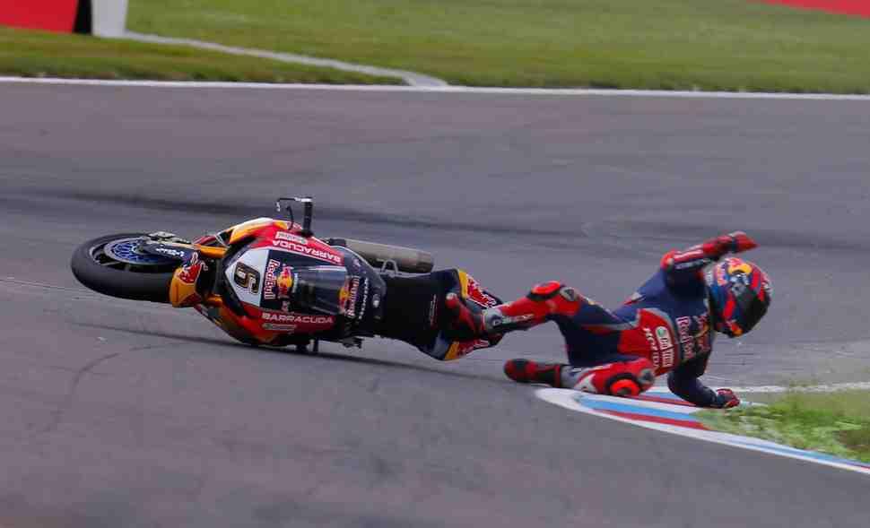 WSBK: Штефан Брадль пропустил субботнюю гонку после аварии на FP2