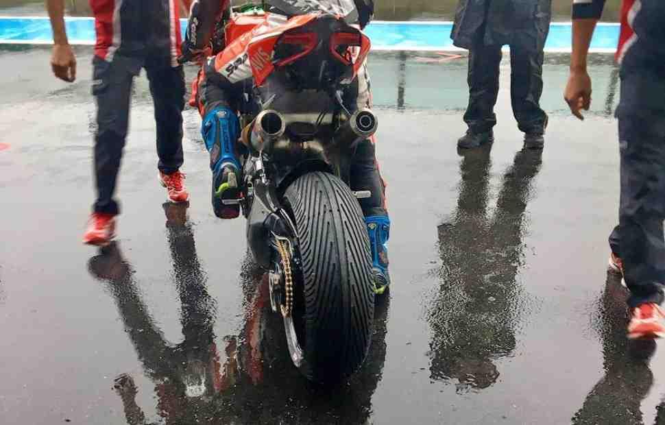 WSBK: Проливной дождь в Маньи-Куре позволил испытать новую нарезку Pirelli