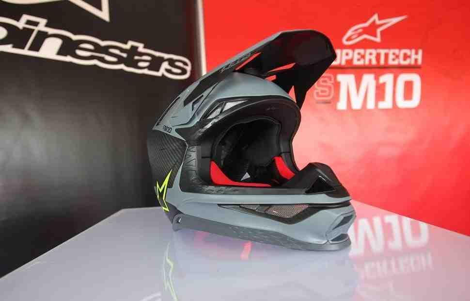Alpinestars начал производство шлемов для мотокросса под собственным брендом