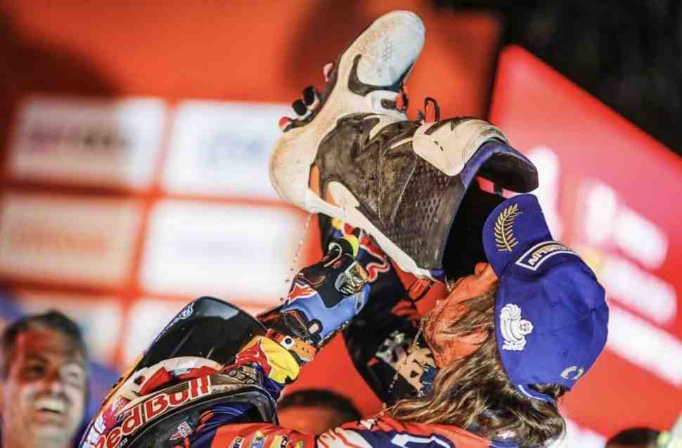 Тоби Прайс из «золотой команды» KTM отметил бронзу «Дакара», выпив шампанского из ботинка