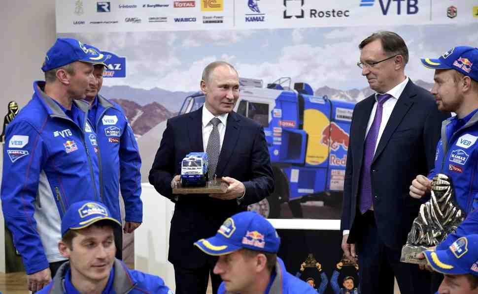 Владимир Путин встретился с победителями ралли «Дакар» командой «КАМАЗ-мастер»
