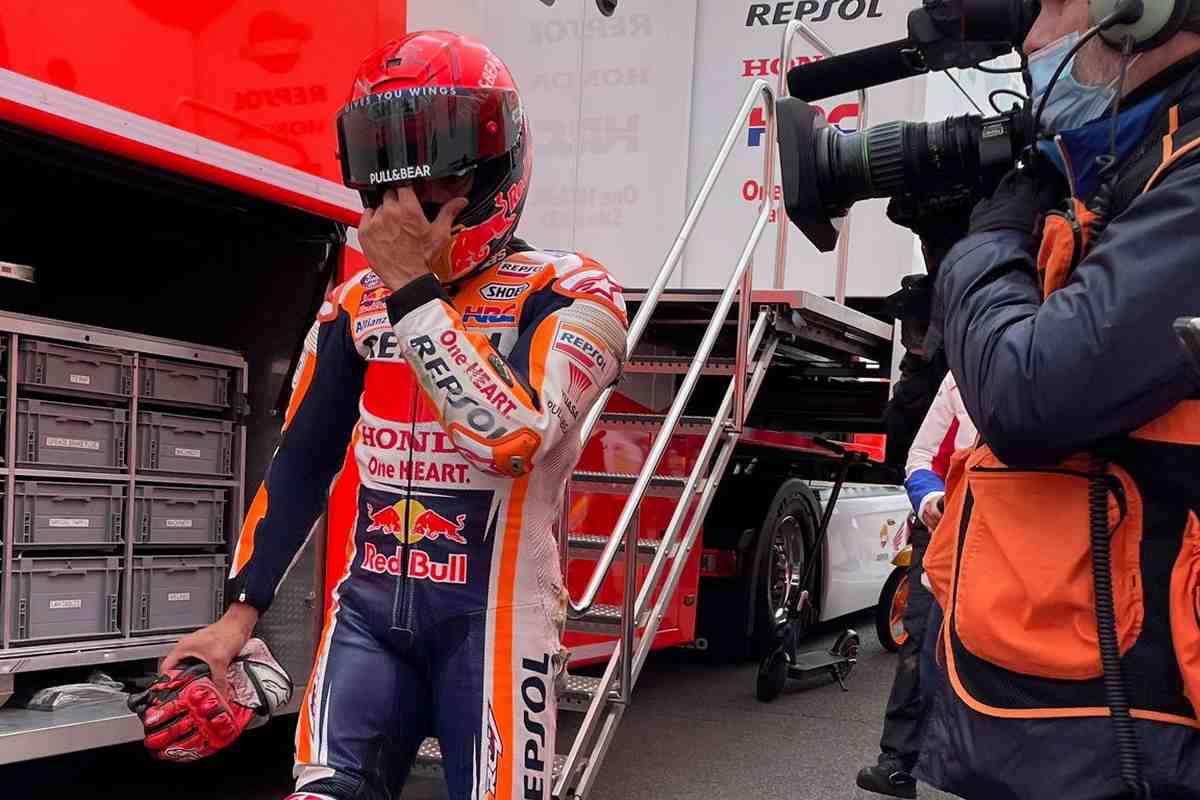 MotoGP: Марк Маркес все же пострадал от падения на FP1 BritishGP - видео аварии и ее последствия