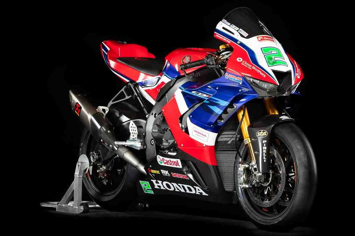 Видео: дуэль Honda CBR1000RR-R Fireblade SP - стоковый против супербайка из British Superbike