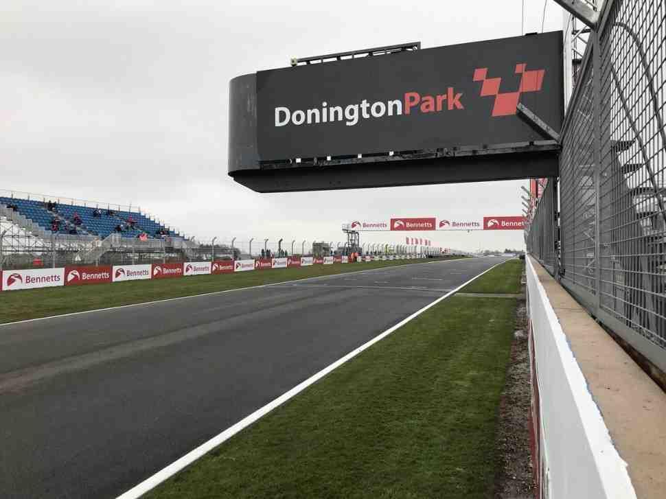 Первый этап British Superbike в Донингтоне проходит при околонулевой температуре