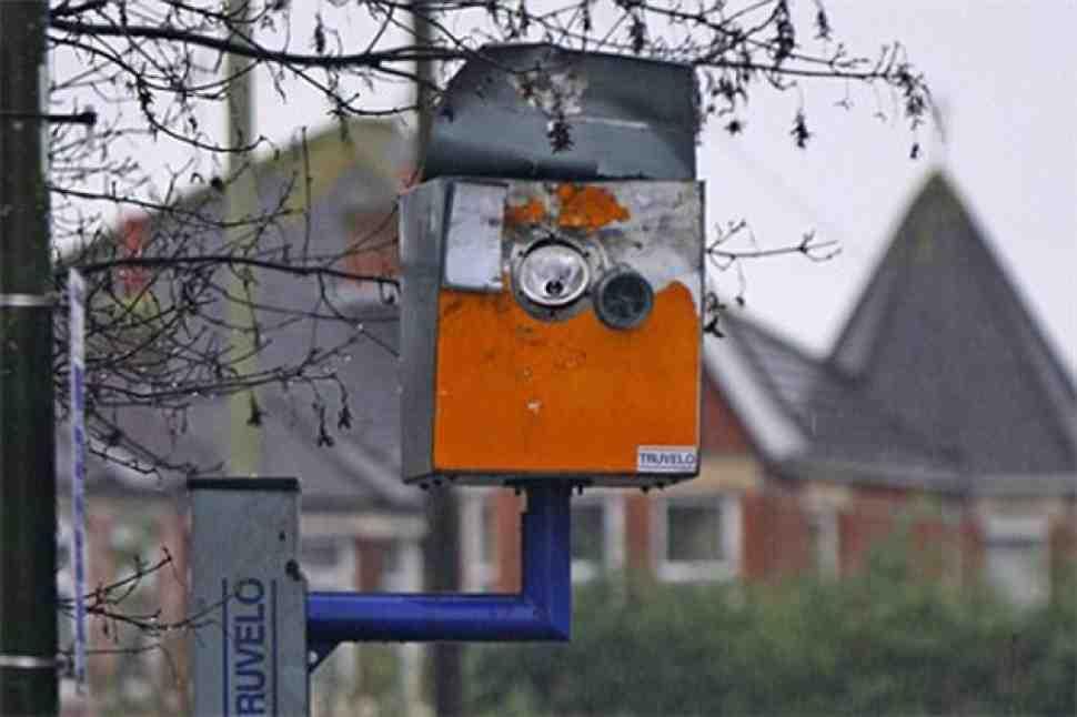 Байкер взрывает полицеские радары в Великобритании