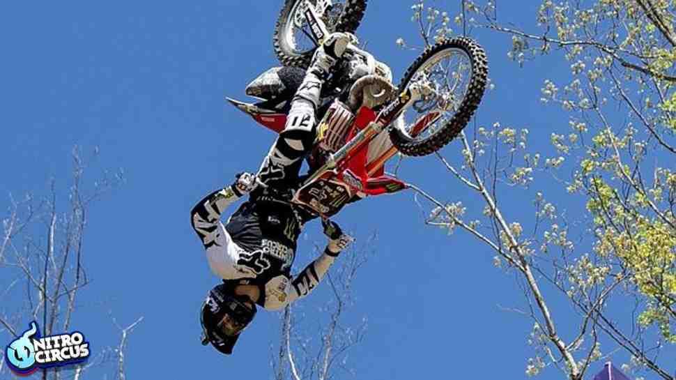 FMX: А вы уже видели настоящий тройной бэкфлип на мотоцикле?