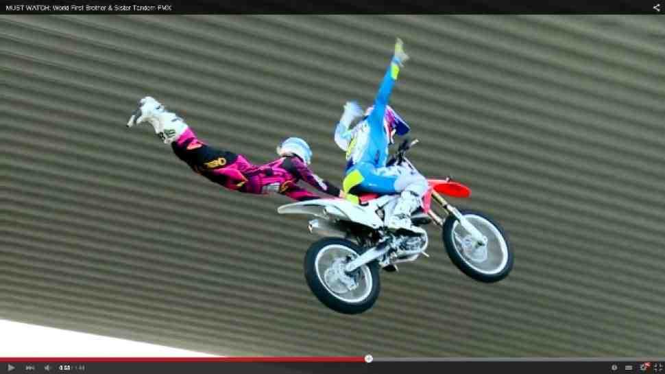FMX: первый в мире тандемный мотофристайл - видео