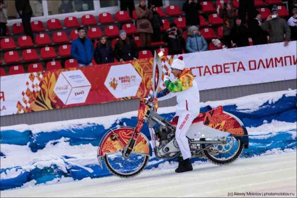 Ледовики приняли эстафету олимпийского огня в Тольятти
