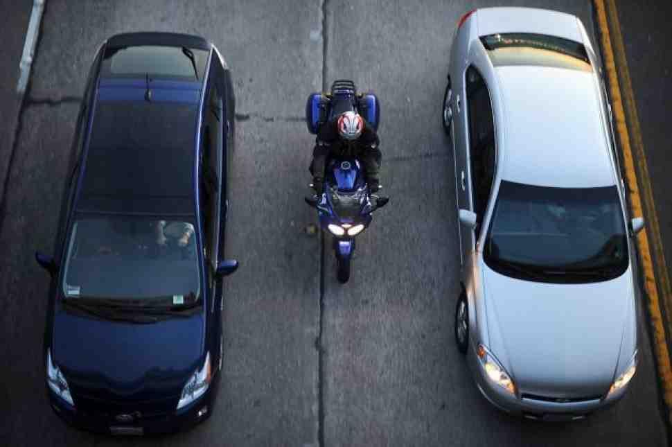 Мотоциклистам Калифорнии разрешили ездить в междурядье
