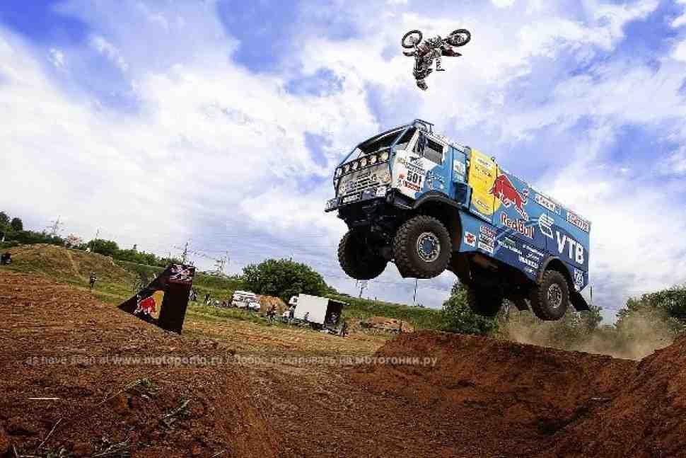 Мотофристайл: перекрестный прыжок КАМАЗа и мотоцикла