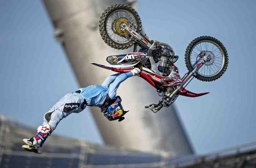Потрясающие трюки мотофристайла: спорт и шоу!