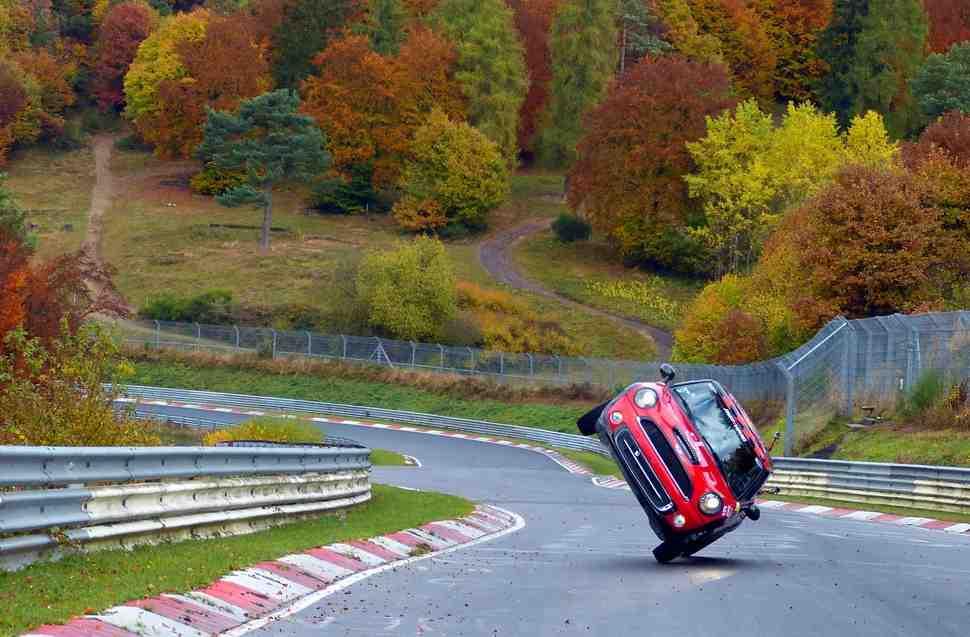 Слишком много колес? Автокаскадер проехал круг по Nurburgring на двух колесах