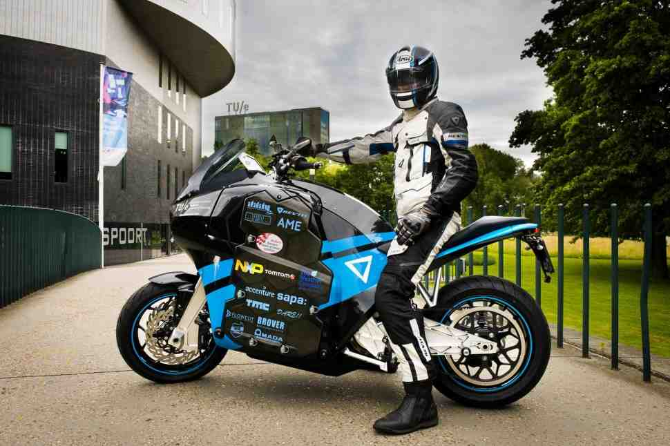 Студенты построили электромотоцикл и объехали на нем вокруг света за 80 дней