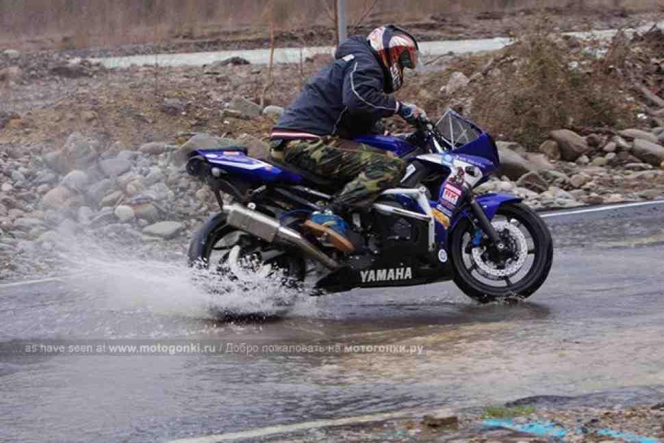 Учимся ездить на мотоцикле осенью: вода на асфальте - не помеха!